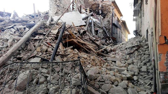 Cumuli di macerie ad Amatrice dopo la scossa di terremoto, 24 agosto 2016. ANSA/ LUCA PROPERI