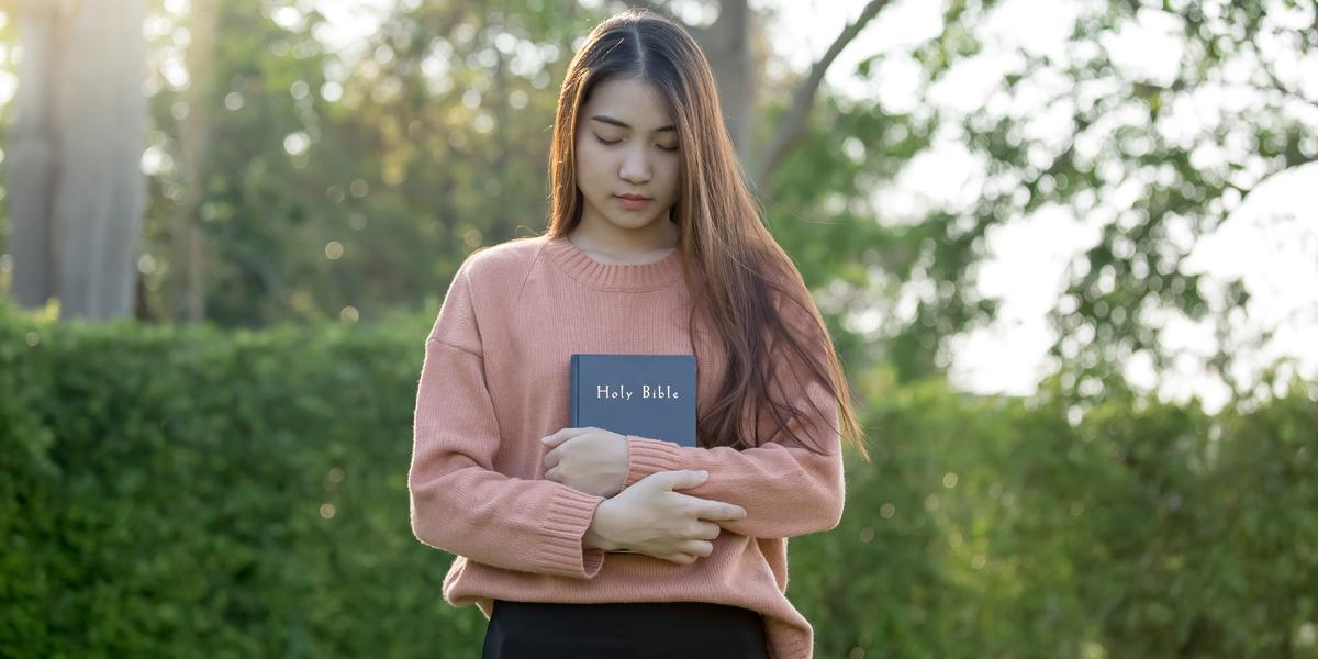 WOMAN,PRAYING,BIBLE