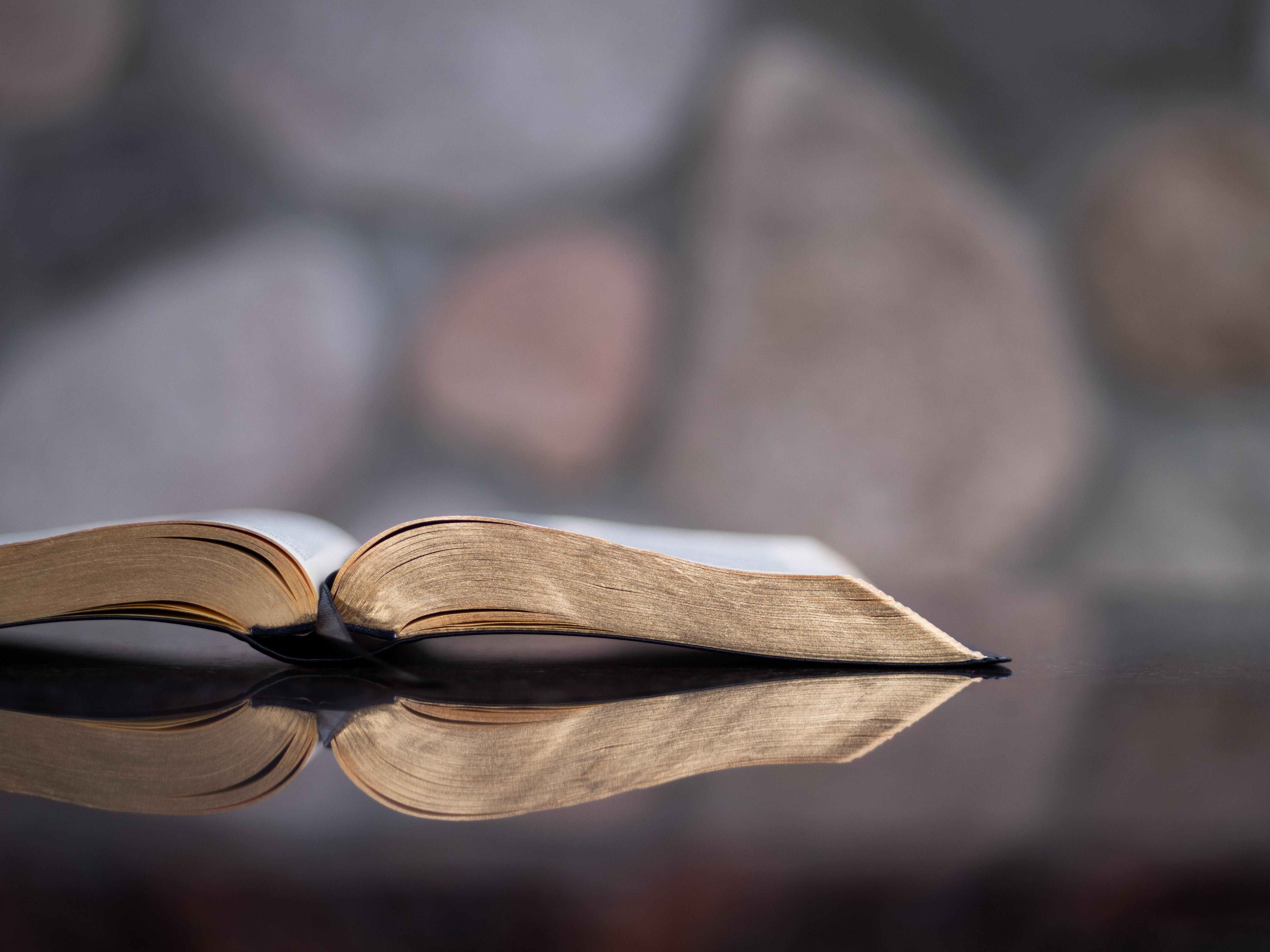 Otwarta Biblia na szklanym stole