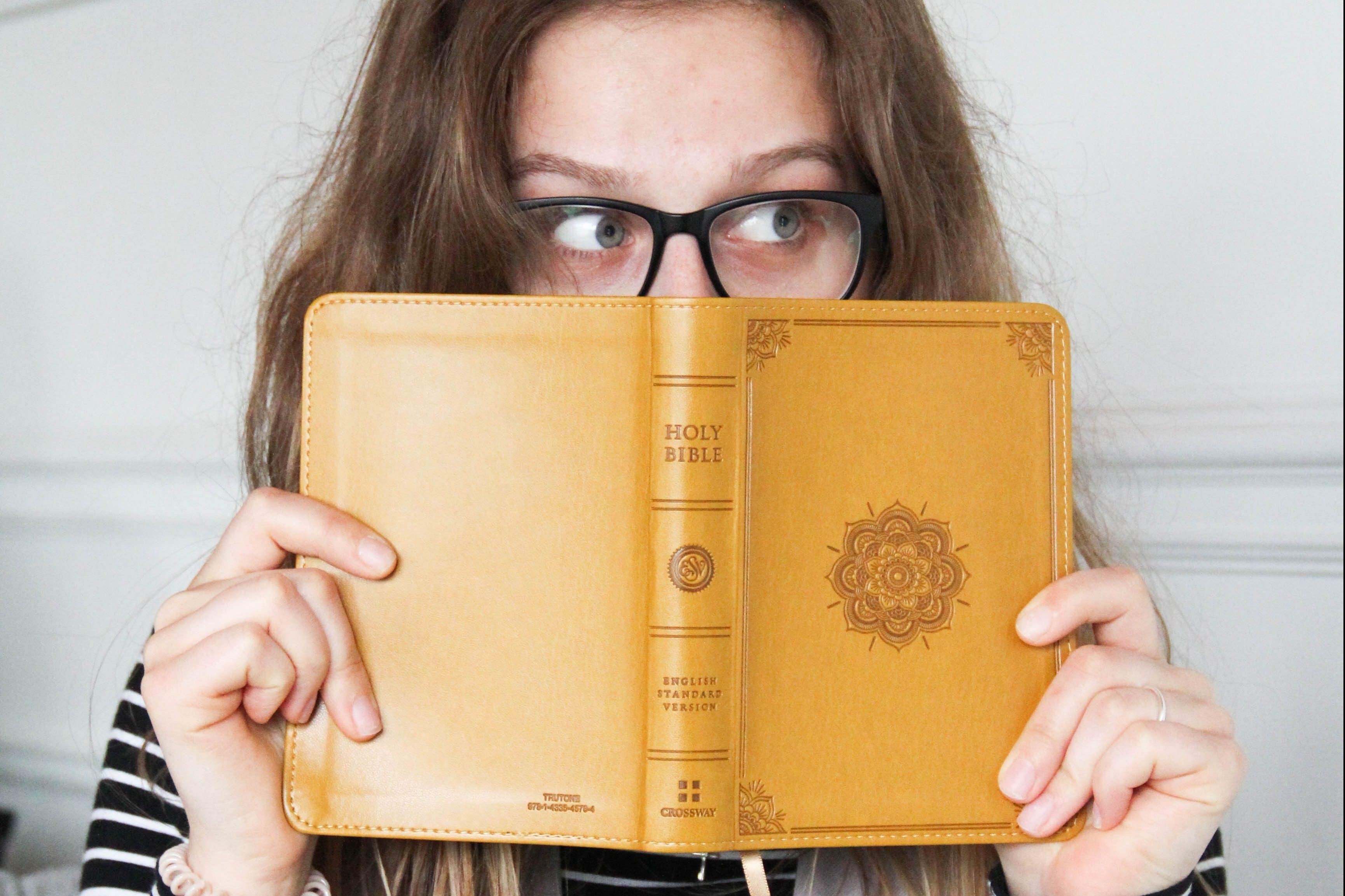Dziewczyna trzyma Biblie w rekach